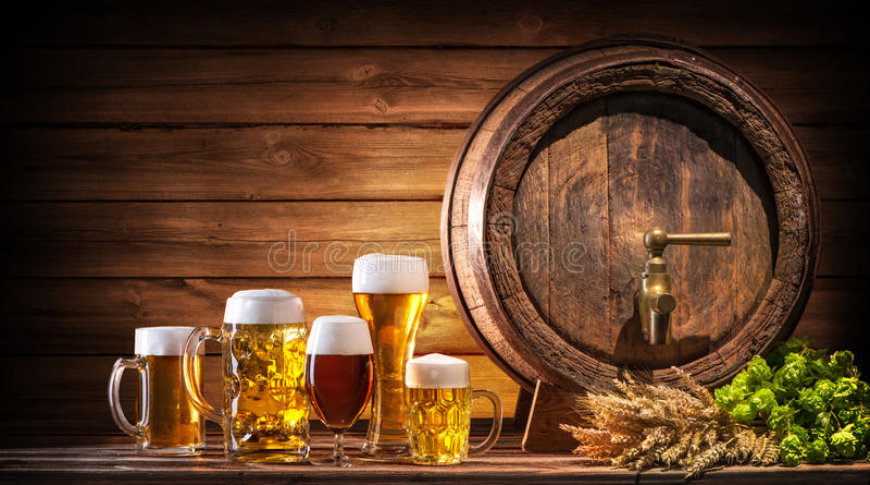 Oktoberfest-Bierfaß und Biergläser stockfoto