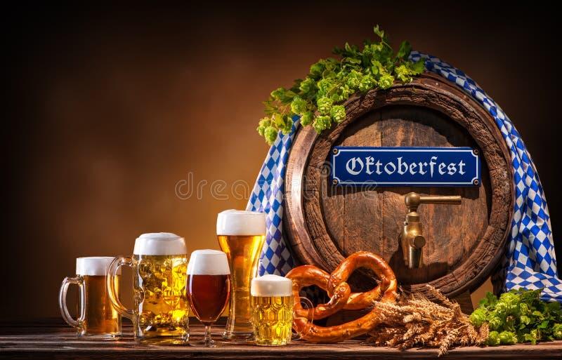 Oktoberfest-Bierfaß und Biergläser lizenzfreie stockfotos