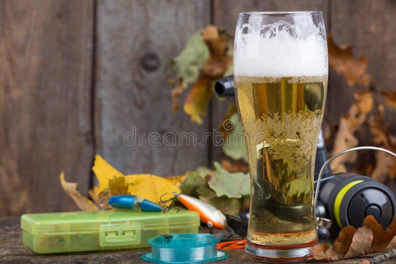 Oktoberfest com equipamentos de pesca e vidro uma cerveja foto de stock royalty free