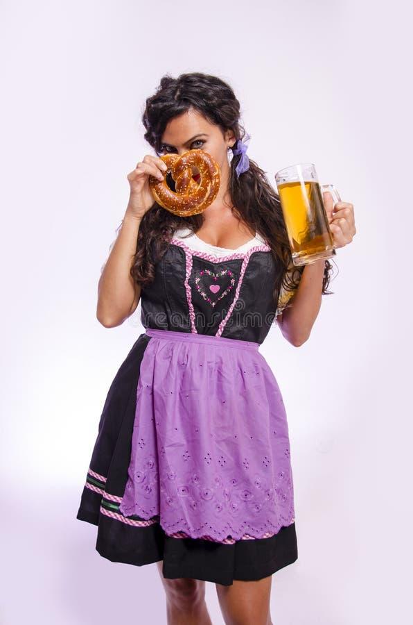 Oktoberfest dziewczyny pozycja, studio strzał zdjęcia royalty free