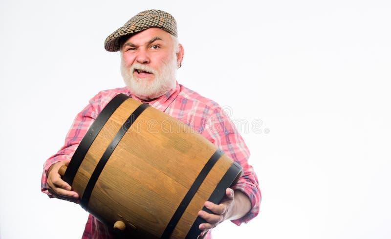 Oktoberfest Festival Brauerei für das Reifen des Alkohols Selbst gemachter Wein Bärtiger Senior des Mannes tragen hölzernes Fass  lizenzfreie stockbilder