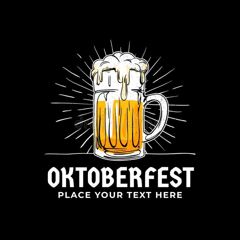 Oktoberfest, insignia dibujada mano del logotipo El vidrio lleno del viejo estilo de cerveza con el sol irradia el ejemplo del fo ilustración del vector
