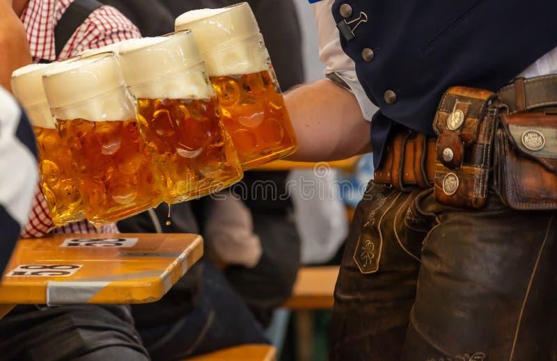 Oktoberfest, Munich, Allemagne Bières servantes de serveur, vue de plan rapproché photographie stock