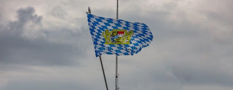Oktoberfest, Munich l'allemagne Drapeau blanc bleu bavarois ondulant sur le ciel nuageux images libres de droits