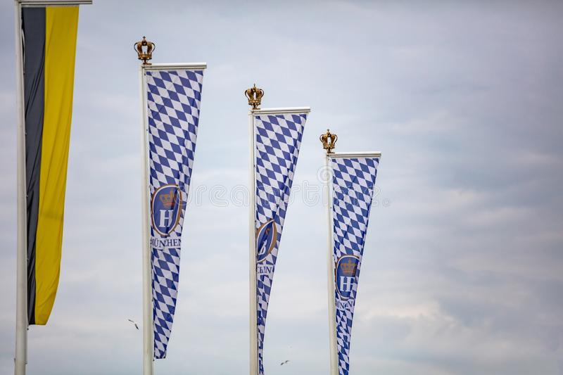 Oktoberfest, Munich l'allemagne Drapeaux bavarois ondulant sur le ciel nuageux photographie stock libre de droits