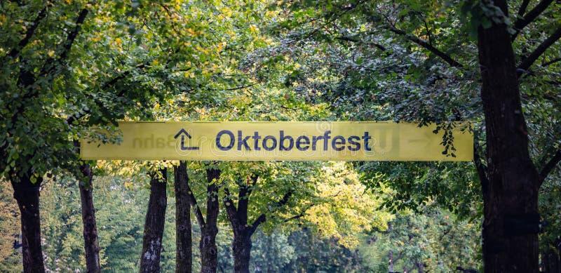 Oktoberfest, Munich l'allemagne Signe instructif jaune, texte oktoberfest, fond vert d'arbres images libres de droits