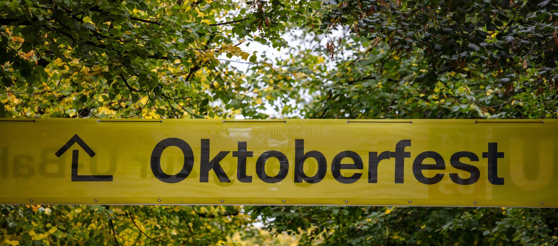 Oktoberfest, Munich l'allemagne Signe instructif jaune, texte oktoberfest, fond vert d'arbres photo stock