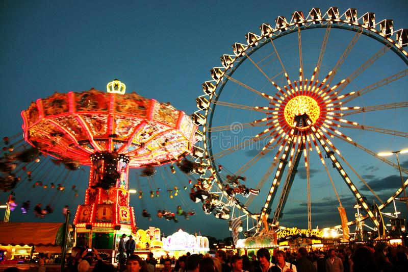 Oktoberfest Rummelplatz nachts stockfoto