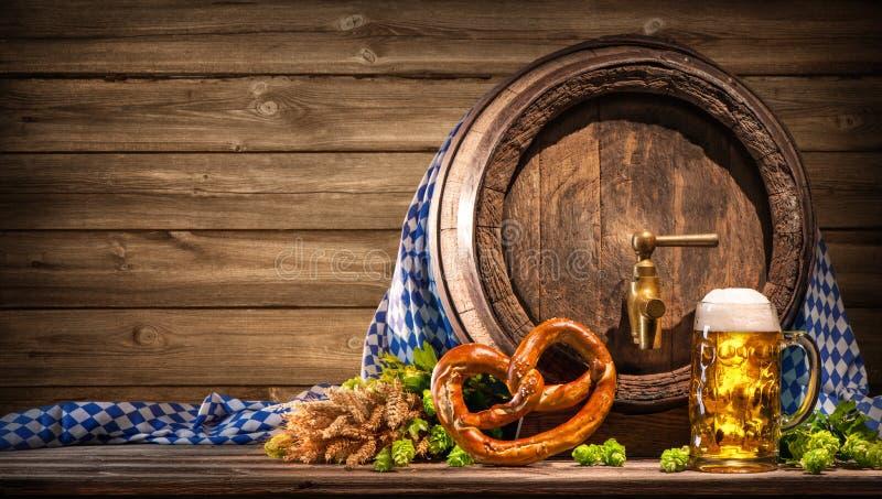 Oktoberfestbiervat en bierglas stock foto's