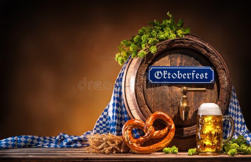 Oktoberfestbiervat en bierglas stock afbeeldingen