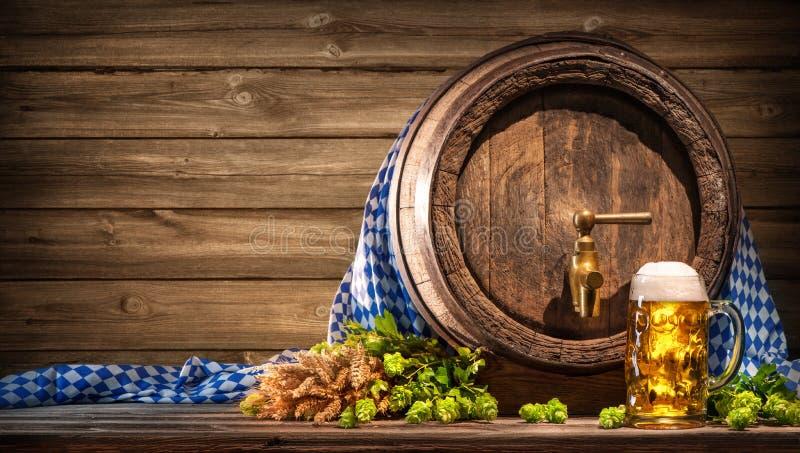 Oktoberfestbiervat en bierglas royalty-vrije stock foto