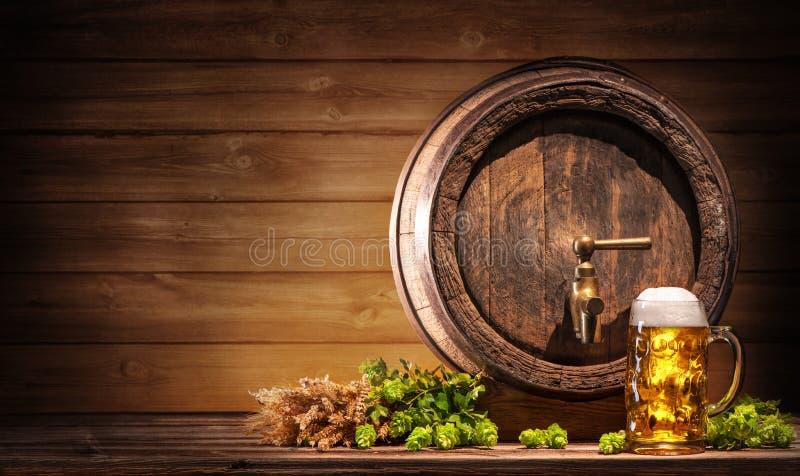 Oktoberfestbiervat en bierglas stock fotografie