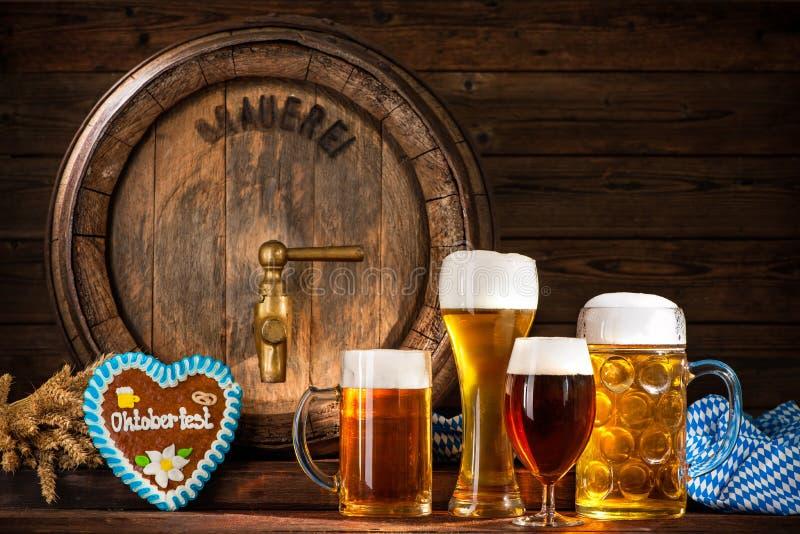 Oktoberfestbiervat met biermokken stock foto's