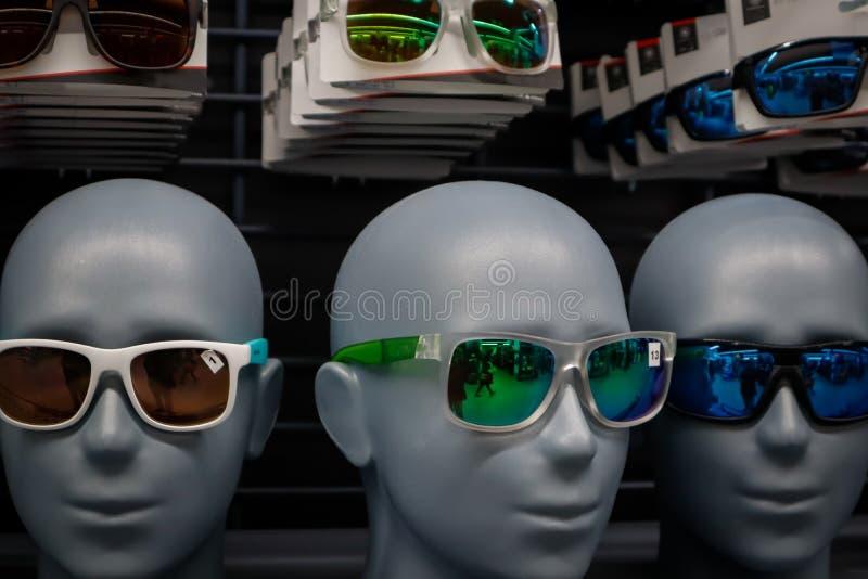 Okularów przeciwsłonecznych mannequins modela łysa głowa przy pokazem zdjęcia royalty free