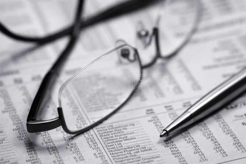 okulary gazety długopis obraz stock