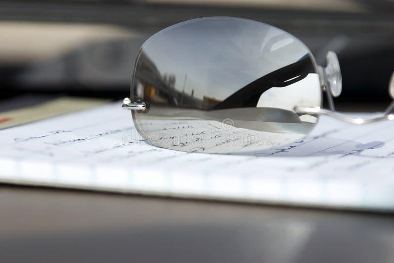 okulary notepad się blisko zdjęcie stock
