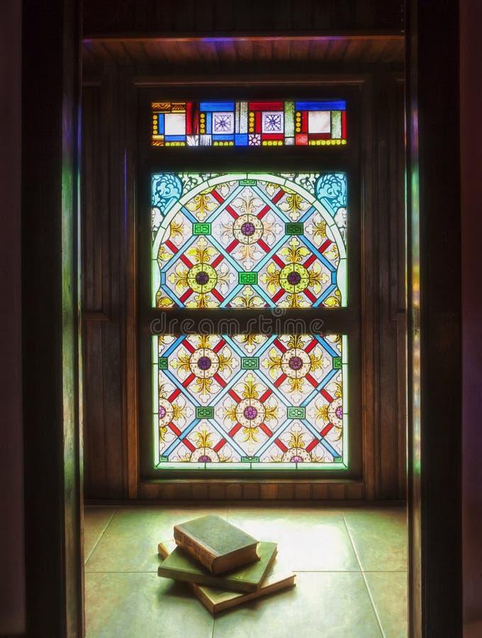 okulary oznaczony przez okno obraz stock