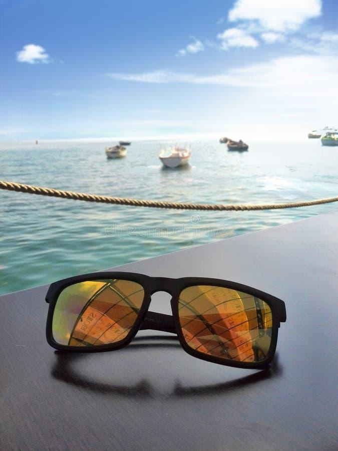 Okulary przeciwsłoneczni i jezioro zdjęcie royalty free