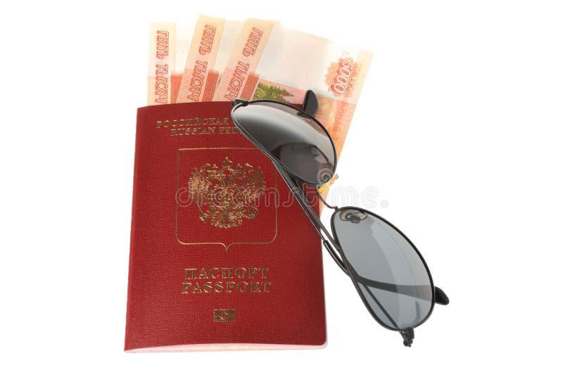 Okulary przeciwsłoneczni i Rosyjski międzynarodowy paszport z pieniądze odizolowywają zdjęcie royalty free