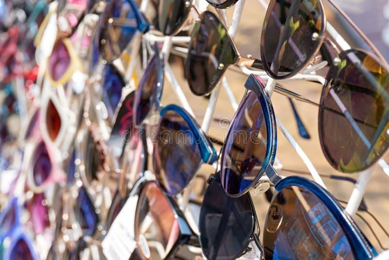 Okulary przeciwsłoneczni na białym pokazu stojaku obraz stock