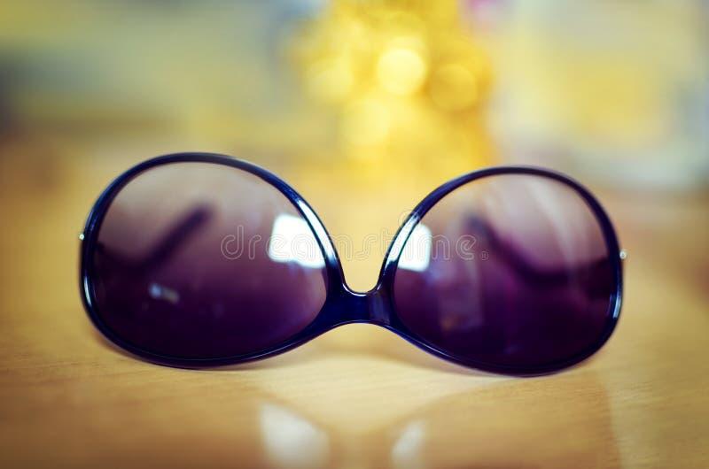 Okulary przeciwsłoneczni przeciw bokeh tłu fotografia royalty free