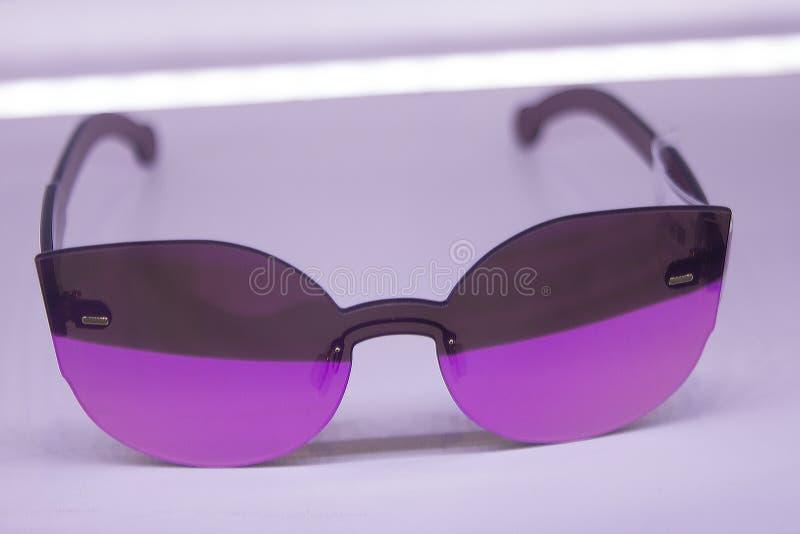 Okulary przeciwsłoneczni robią zakupy z wymuskaną i postępową noszoną technologią z obraz stock