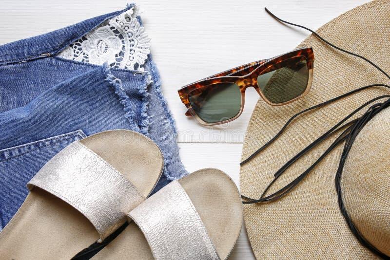 Okulary przeciwsłoneczni, słomiany kapelusz, cajgi zwierają, kapcia lata akcesoria obraz stock