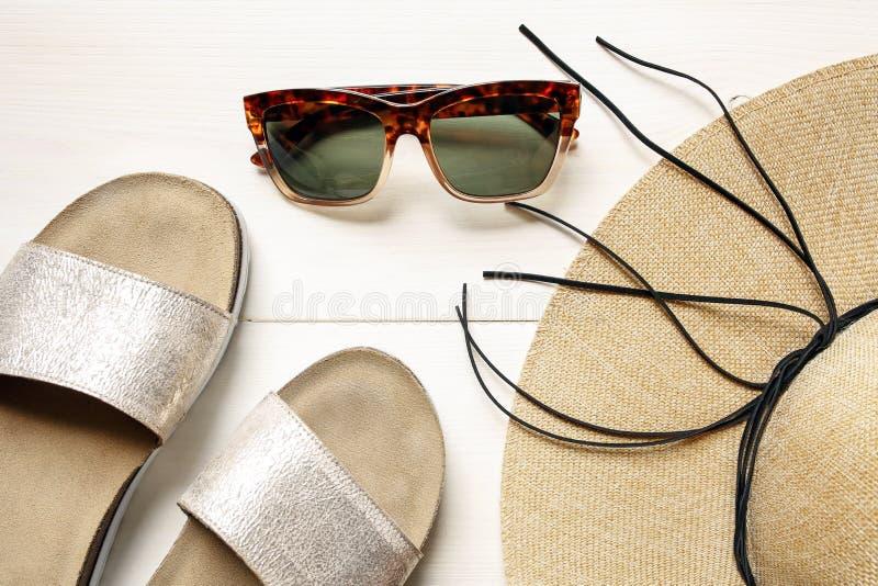 Okulary przeciwsłoneczni, słomiany kapelusz, kapcia lata akcesoria obrazy royalty free