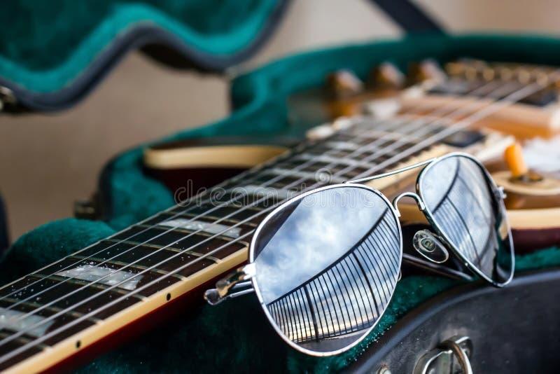 Okulary przeciwsłoneczni Z gitarą obrazy royalty free