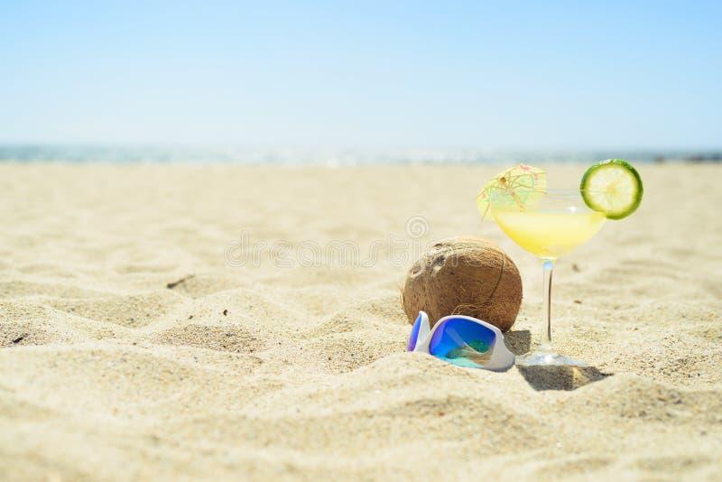 Okulary przeciwsłoneczni z koktajlu koksem na plaży i szkłem zdjęcie stock