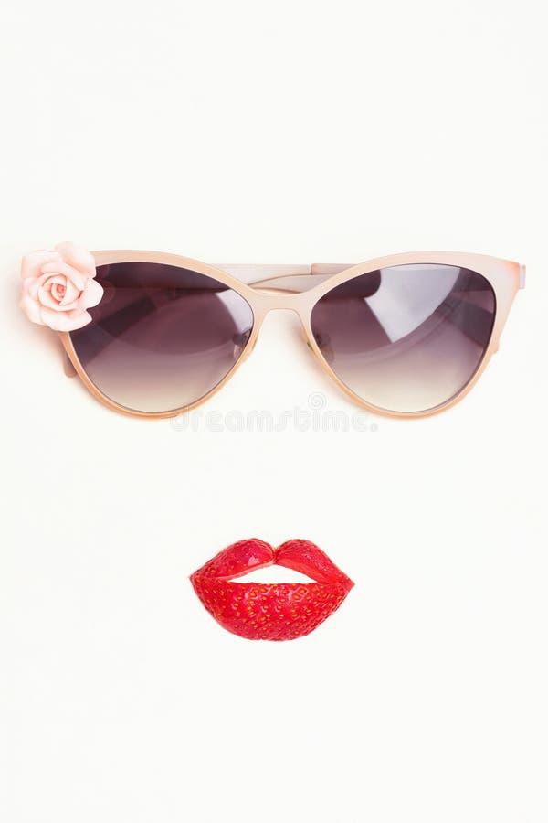 Okulary przeciwsłoneczni z truskawkowymi wargami obraz stock