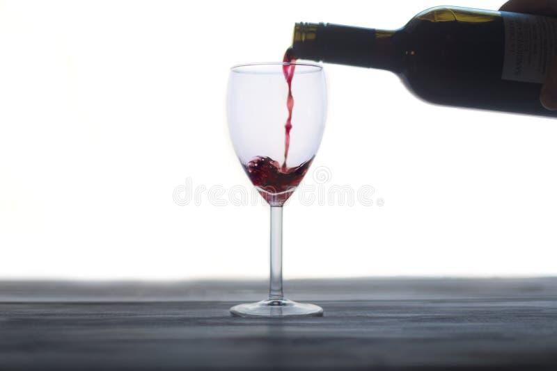 okulary t?a odizolowane dolewania bia?ego wina czerwonego zdjęcia royalty free