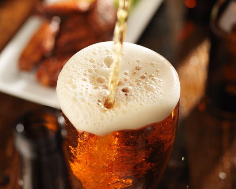 okulary wylewać piwa obraz stock