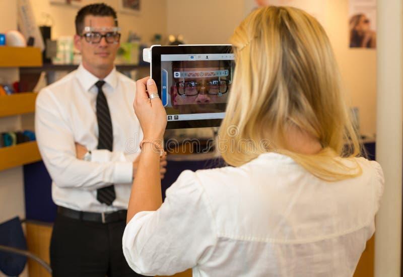 Okulista lub optometrist mierzy oko odległość klient zdjęcia royalty free