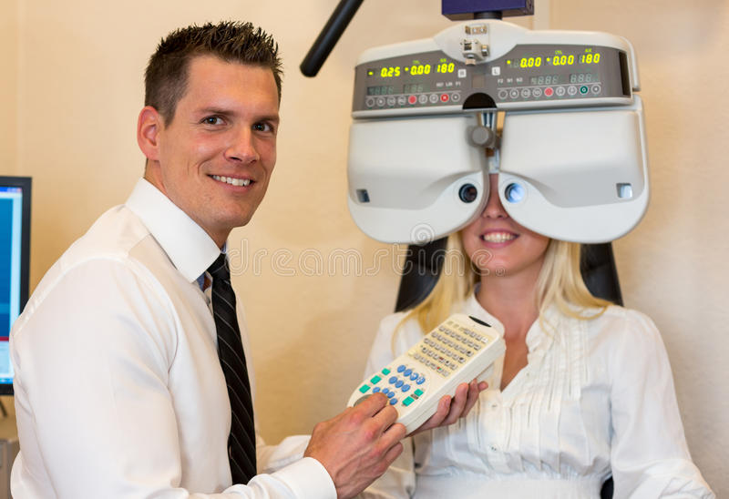 Okulista, optometrist lub pacjent z phoropter zdjęcie stock