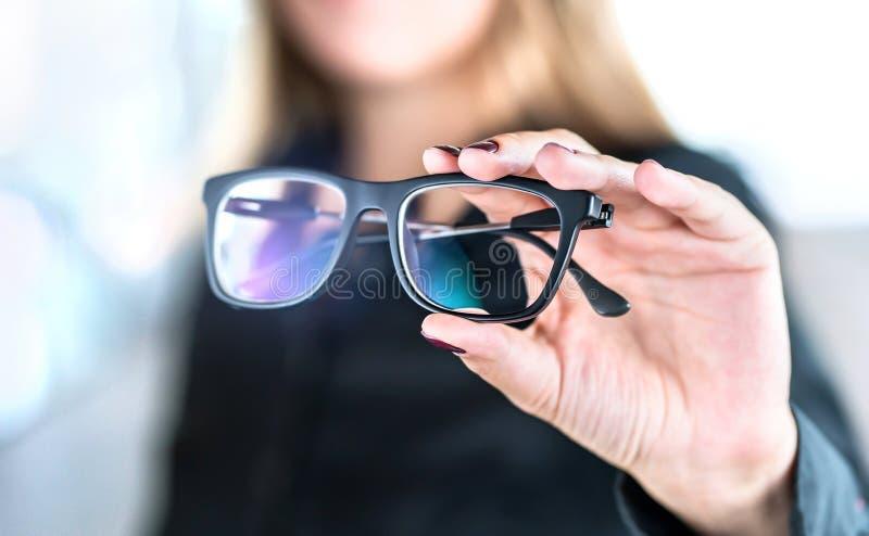 Okulista, optometrist, okulistka lub oko lekarka trzyma, szkła i specs z nowymi obiektywami Fachowy wzroku specjalista w klinice zdjęcia stock