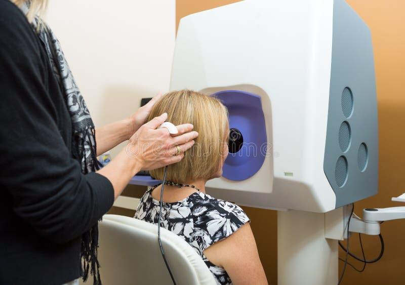 Okulista Przystosowywa pacjent głowę zdjęcia royalty free
