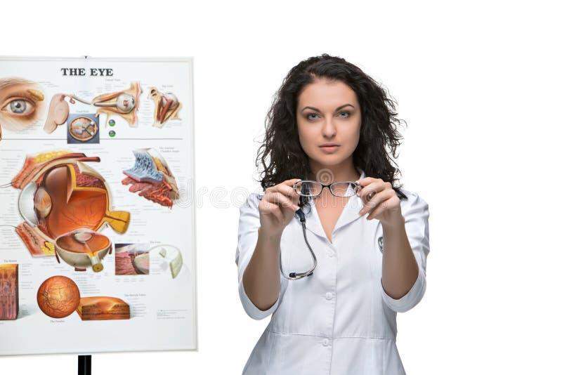 Okulisty lub okulistki kobieta daje parze szkła zdjęcia stock