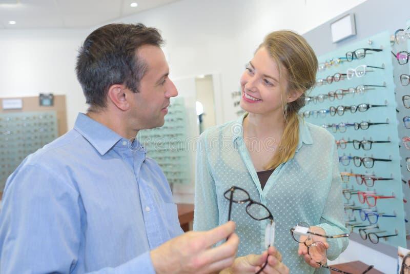 Okulistyczny klient wybierać eyeglasses ramy fotografia royalty free