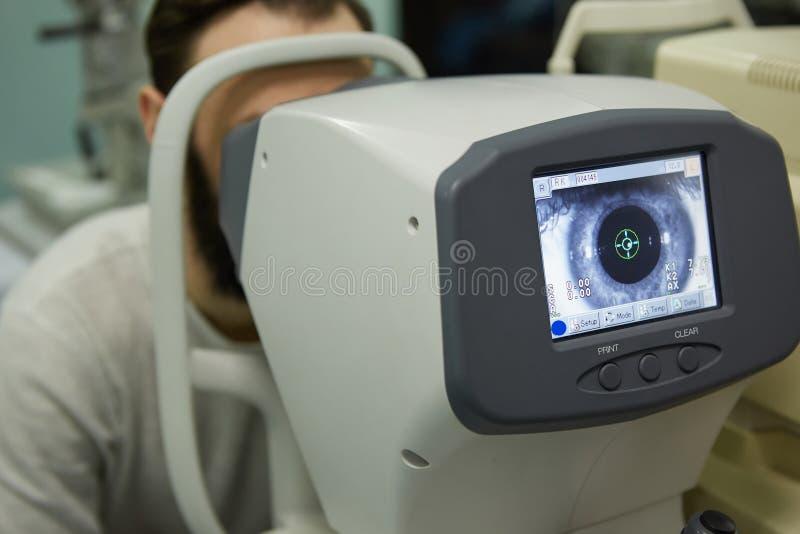 okulistyka Oftalmolog sprawdza oczy w oftalmolog klinice zdjęcia royalty free