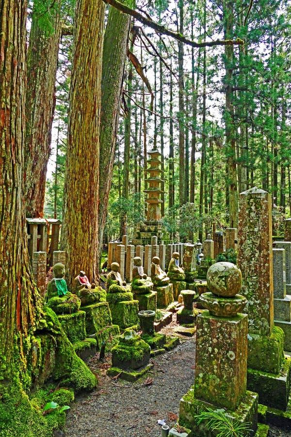 Okunoin för ฺBuddhiststatyinsiade kyrkogård på Koyasan arkivbild