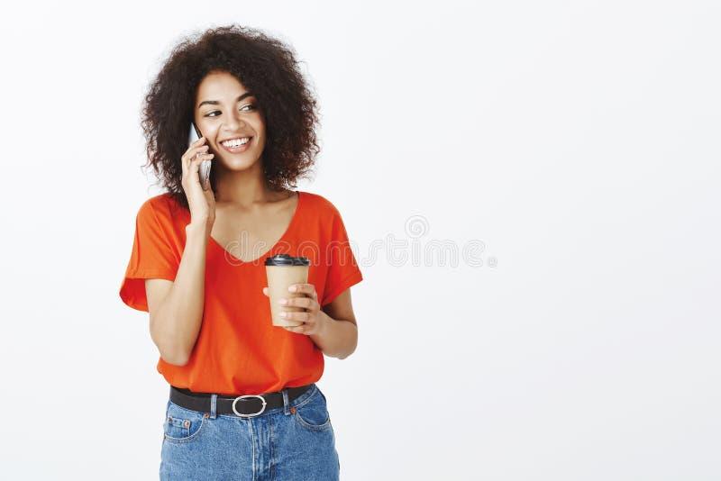Olá! é mim Retrato do modelo fêmea afro-americano seguro feliz com penteado afro, guardando a xícara de café foto de stock