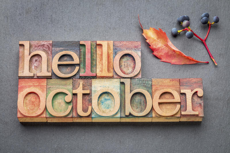 Olá! abstrtact da palavra de outubro no tipo de madeira imagens de stock royalty free