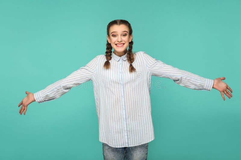 Olá!, agradável encontre-o demasiado retrato da menina bonita feliz no azul imagem de stock