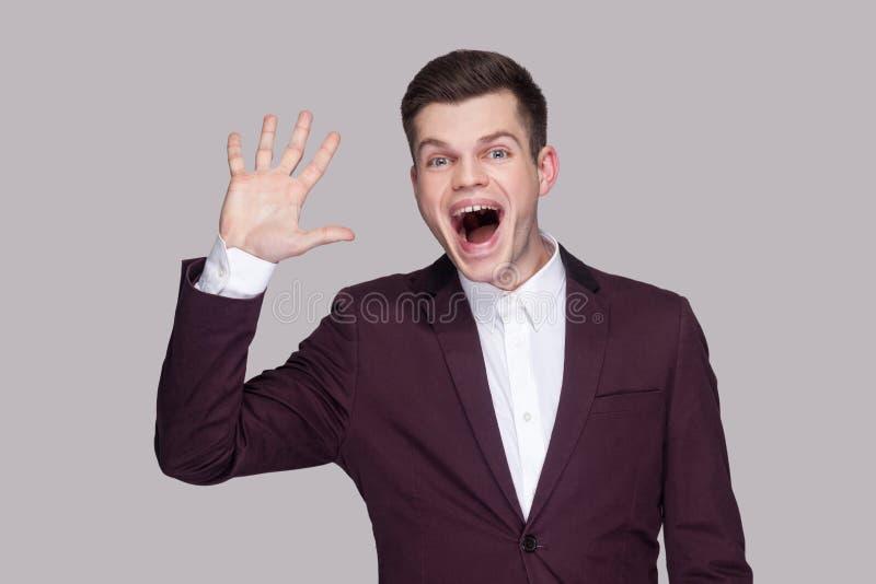 Olá!, agradável para vê-lo Retrato do homem novo considerável engraçado em sui imagens de stock