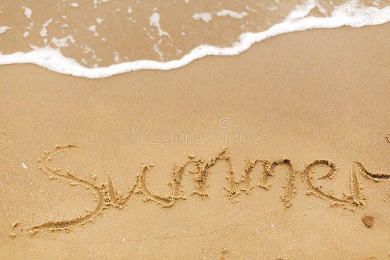Olá! conceito do verão Texto do verão escrito em ondas do Sandy Beach e do mar Relaxamento na ilha tropical Conceito das férias d foto de stock