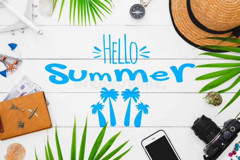 Olá! curso do verão, do verão e conceito do fundo das férias Acessórios colocados lisos do viajante no fundo de madeira branco co fotos de stock