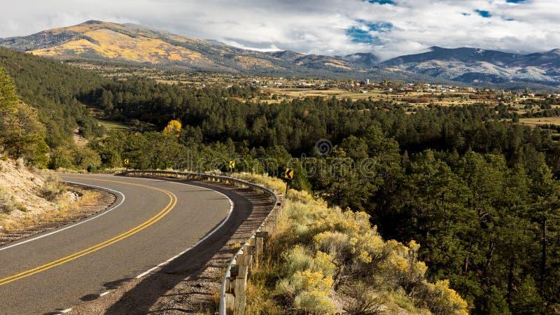 Olá! estrada a Taos, New mexico - Byway cênico nacional, Truchas, Ne imagens de stock