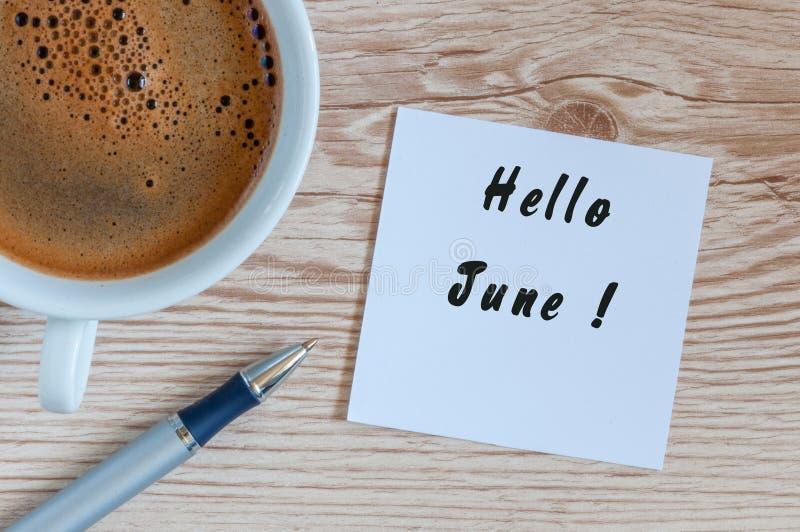 Olá! junho - mensagem em casa ou mesa de escritório Com xícara de café da manhã O verão está aqui conceito imagens de stock royalty free
