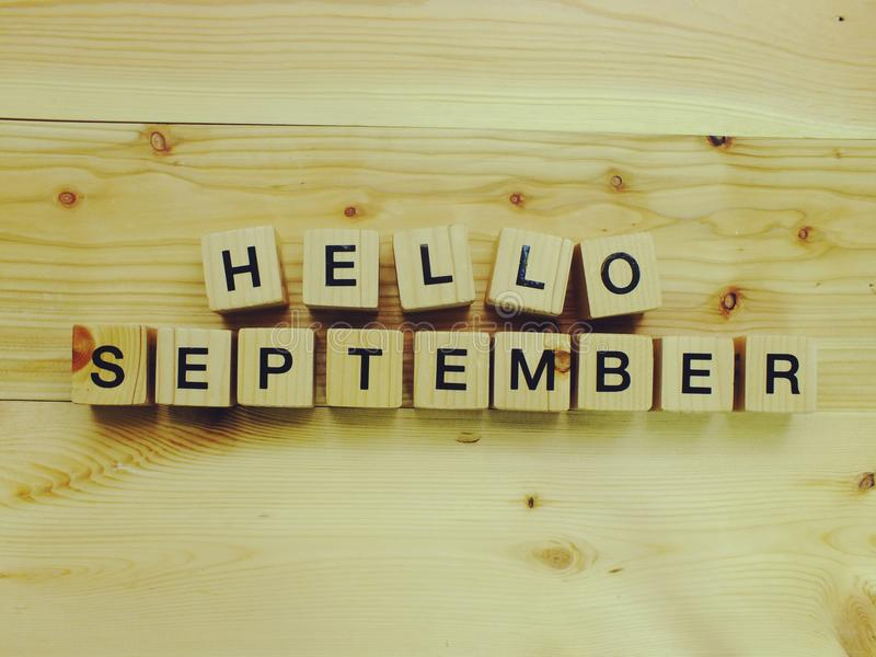 Olá! letras de madeira do alfabeto do bloco de setembro no fundo de madeira fotos de stock royalty free